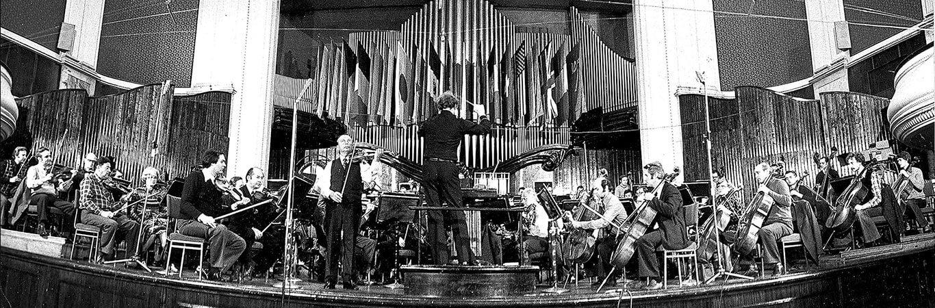 Warszawa, 17.09.1977, Próba do koncertu w Filharmonii Narodowej w ramach Festiwalu Warszawska Jesień. Dyryguje Jerzy Maksymiuk, solista Henryk Szeryng