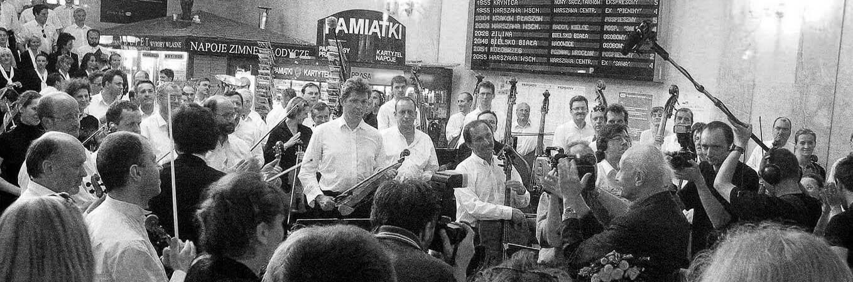 Kraków, Dworzec PKP, 2004 rok, Wojciech Kilar, NOSPR i Chór PR podczas koncertu w ramach projektu Pociąg do muzyki Kilara. Specjalnym pociągiem wykonawcy przemierzyli trasę życiowej podróży Wojciecha Kilara od Lwowa do Katowic