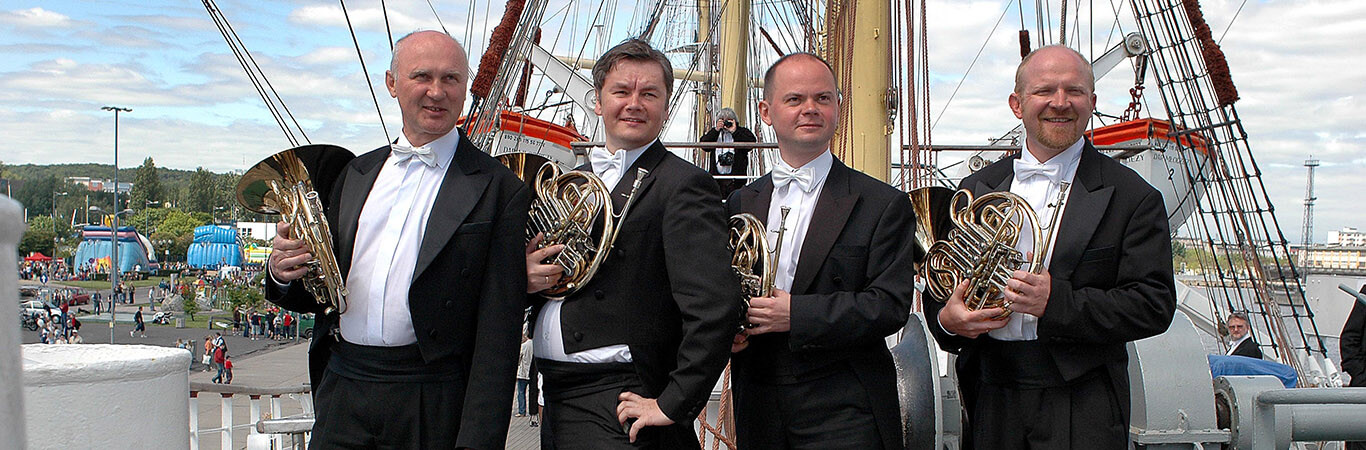 """maj 2006 rok, NOSPR na pokładzie """"Daru Młodzieży"""", na którym odbył muzyczną podróż morską, zawijając do portów Łotwy, Estonii oraz Finlandii, by w stolicach tych państw zaprezentować zarówno twórczość polską, jak i dzieła lokalnych kompozytorów. Wszystkie wykonywane utwory miały morską tematykę Bartek Barczyk 28 Gdynia, 3.06.2006, podróż morska na pokładzie """"Daru Młodzieży"""""""