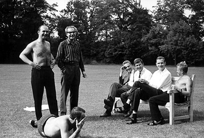 ielka Brytania, Cheltenham, prawdopodobnie 1967 rok, od lewej stoją: Paweł Głombik (wiolonczela), Adam Przybyła (waltornia). Od lewej siedzą: Zygmunt Halamski (waltornia), Kazimierz Jędrusiak (tuba), Andrzej Janicki (klarnet) i Bernard Turek (perkusja)