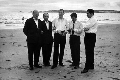 Wielka Brytania, Swansea, prawdopodobnie 1967 rok, od lewej: Paweł Waloszczyk (puzon), Piotr Jurkiewicz (obój), Roman Siwek (puzon), Kazimierz Jędrusiak (tuba) i Henryk Zieliński (puzon) archiwum NOSPR