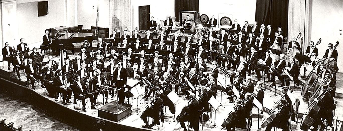 Katowice, orkiestra pod dyrekcją Kazimierza Korda w sali na ulicy Plebiscytowej.