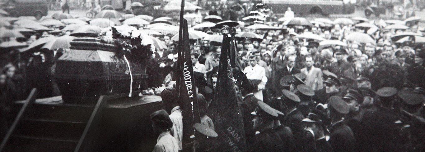 Katowice, czerwiec 1953 rok, wystawienie trumny na katowickim rynku przed pogrzebem Grzegorza Fitelberga
