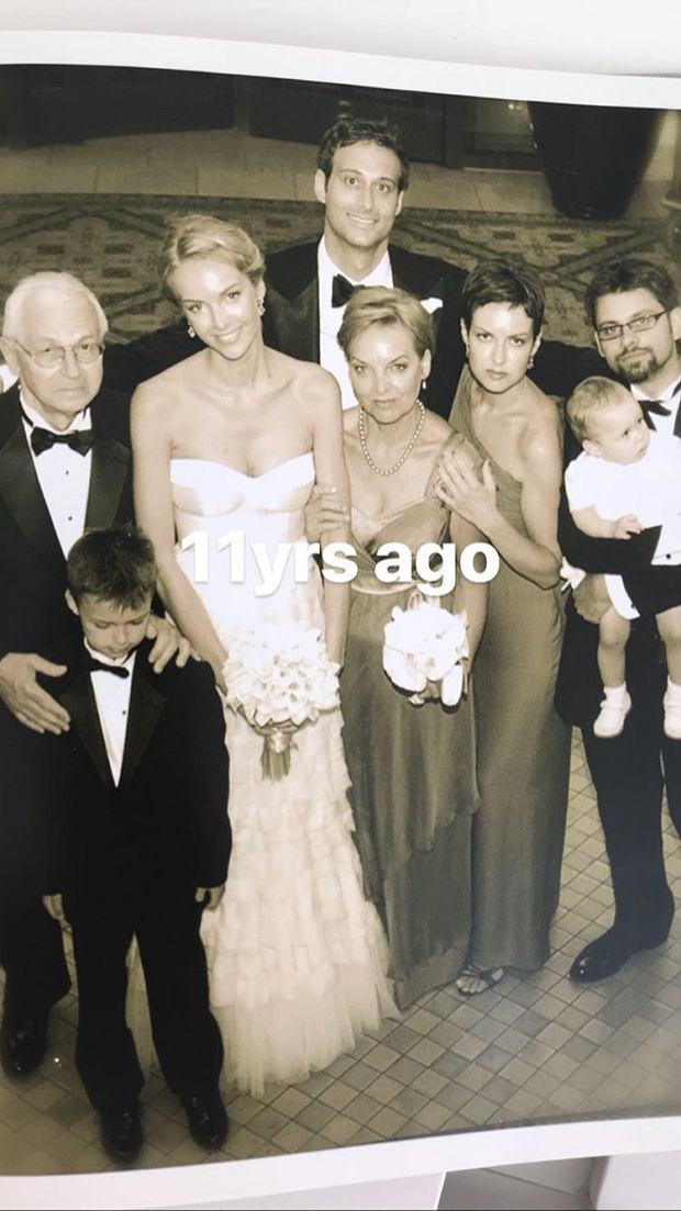Magdalena Mielcarz w dniu ślubu wraz z mężem i najbliższą rodziną