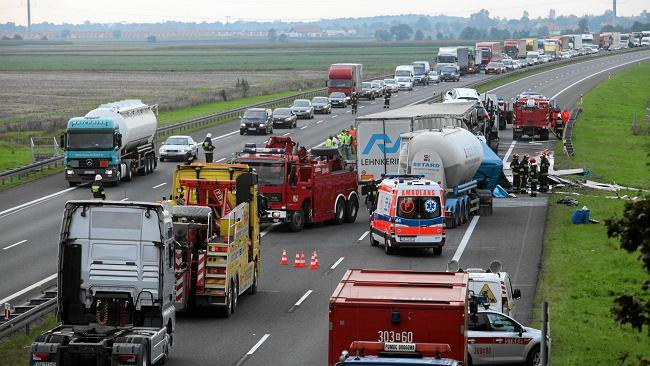 5325e608971c2 Wypadek na A4. Zderzyło się siedem ciężarówek i auto osobowe. Nie żyje  jedna osoba