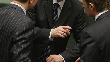 24 listopad 2007 - minister Bogdan Klich gratuluje premierowi Donaldowi Tuskowi po jego expose.