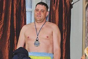 Jacek Tede Graniecki znany polski raper gra w nowej produkcji TVN. W serialu Wszyscy kochają Romana Tede wcielił się w postać policjanta i brata tytułowego bohatera. Co z tego wyjdzie? Zobaczymy już niedługo. Wiemy na pewno, że będzie można obejrzeć go bez koszulki.