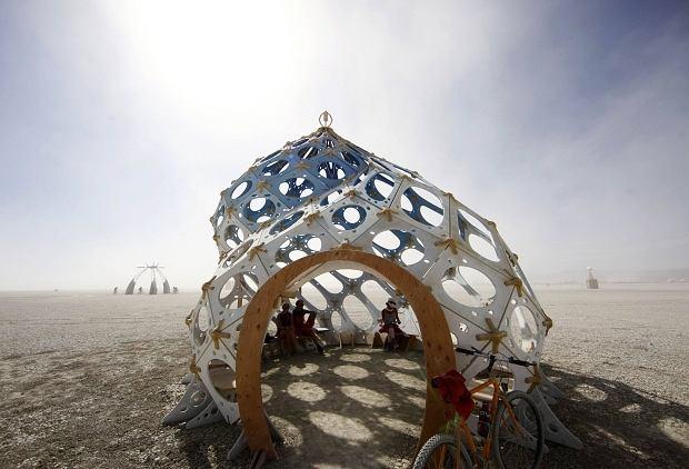 Na pustyni Black Rock w stanie Nevada rozpoczął się festiwal Burning Man. Tysiące ludzi z całych Stanów Zjednoczony przyjechało, by wspólnie, jak co roku, dokonać rytuału spalenia kukły. Skąd się to wzięło?