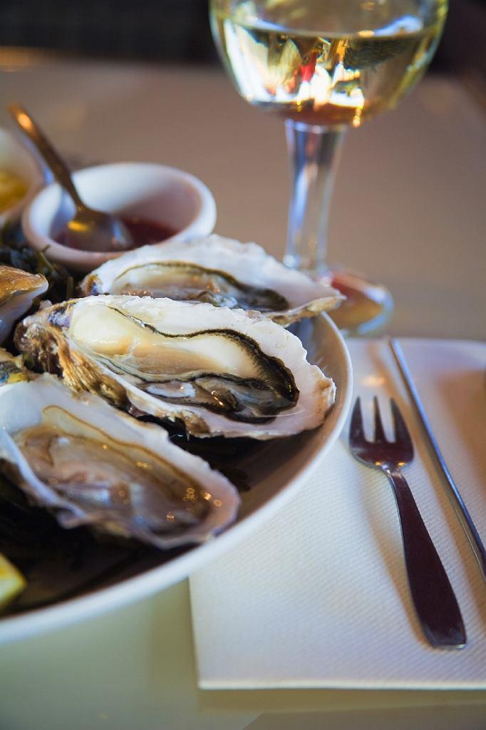 Ostrygi z białym winem to przysmak, na który warto się wybrać właśnie do Bretanii