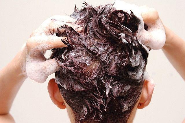Nieprawdą jest, że częste mycie głowy prowadzi do łupieżu