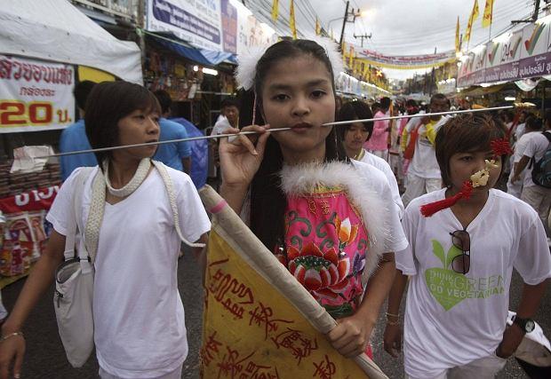 Na tajskiej wyspie Phuket co roku obchodzone jest festiwal wyznawców wegetarianizmu. Członkowie tamtejszej społeczności wierzą, że przejście na dietę pozbawioną mięsa oraz używek przyniesie im szczęście i dobrobyt. Oto galeria wegetariańskich fundamentalistów.