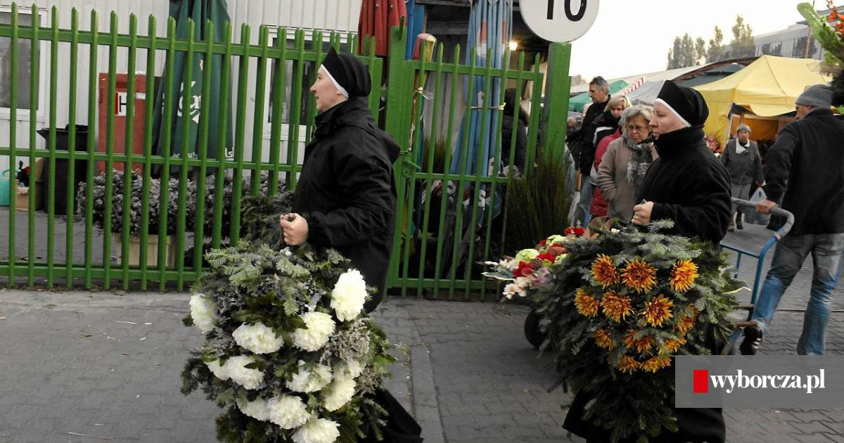Cmentarny Biznes Sie Kreci Kwiaty Znicze I Flaki