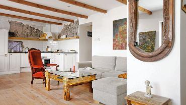 Belki stropowe unifikują część wypoczynkową wnętrza i część kuchenną.