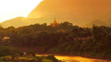 Azja Luang Prabang, Laos. To dawna stolica Laosu. Luang Prabang znajduje się na liście obiektów UNESCO - słynie z dużej liczby świątyń i klasztorów buddyjskich. Codziennie można spotkać tutaj grupy spacerujących mnichów. Luang Prabang jest ponadto ciekawym przykładem współistnienia starych tradycji Laosu i nowych, kolonialnych, co najlepiej widać w architekturze.