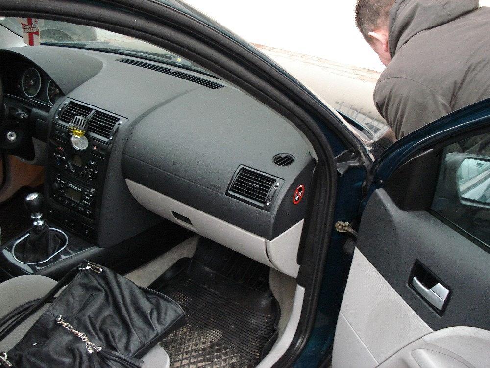 Otwarte drzwi samochodu podczas wymiany koła kuszą złodzieja
