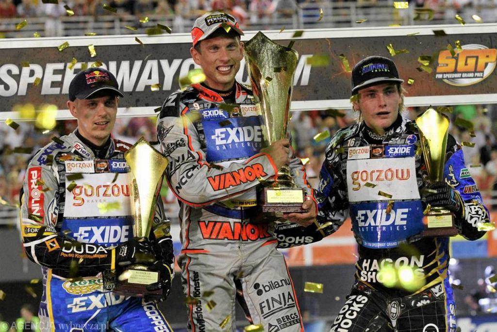 Sierpień 2011r. Jarosław Hampel (z lewej), Andreas Jonsson i Darcy Ward na podium Speedway Grand Prix na toruńskiej Motoarenie.