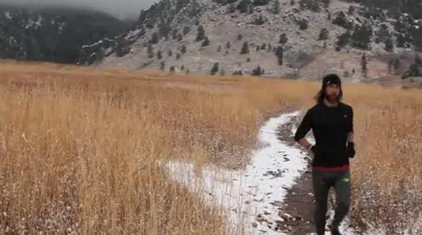 Anton Krupicka biega w zimowej scenerii w USA, Colorado