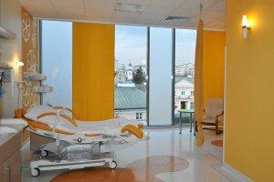 Położna w trakcie porodu: Podpisz darowiznę na szpital