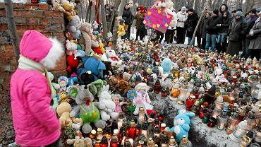 Pod ruiny kolejowego budynku w Sosnowcu, gdzie matka dziewczynki ukryła jej ciało, przyszły setki osób. Zostawiły znicze, kwiaty i zabawki
