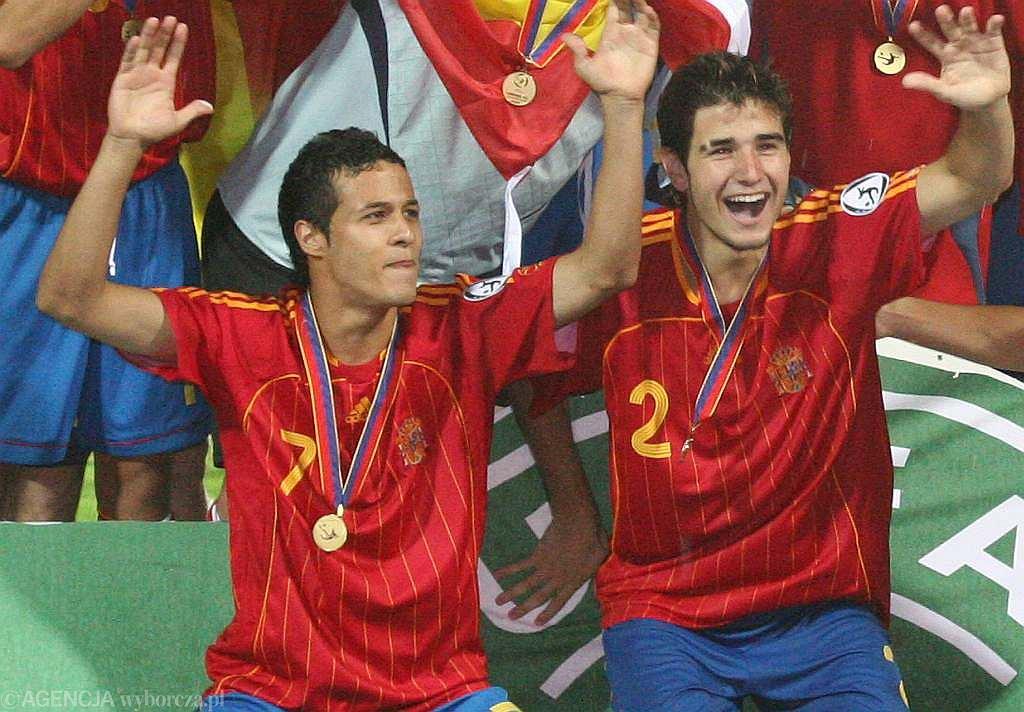 Hiszpanie cieszą się ze złota mistrzostw Europy do lat 19. Z lewej - Toni Calvo.
