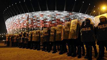 Policja pod Stadionem Narodowym podczas demonstracji kibiców