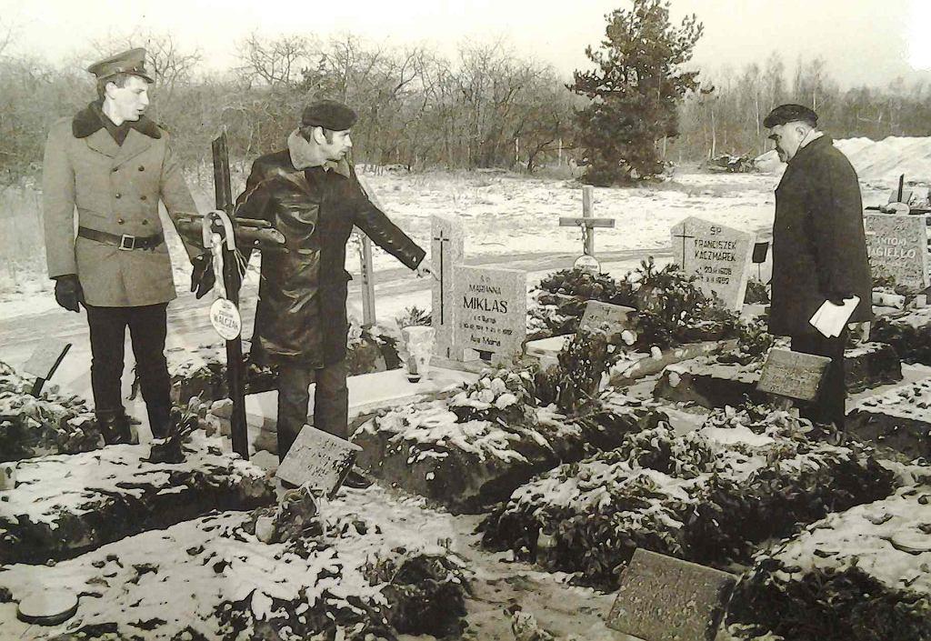 Wizja lokalna na cmentarzu. Kolanowski pokazuje miejsce, z którego wykopywał trumny