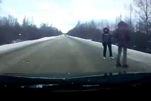 Łapanie stopa na ośnieżonej drodze | Wideo