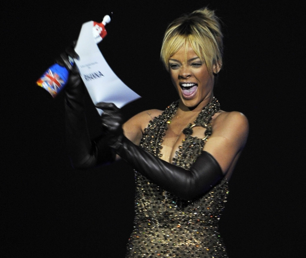 Rihanna reacts after being awarded best international female artist during the BRIT Music Awards at the O2 Arena in London February 21, 2012.   REUTERS/Dylan Martinez (BRITAIN - Tags: ENTERTAINMENT TPX IMAGES OF THE DAY) (BRIT-WINNERS)