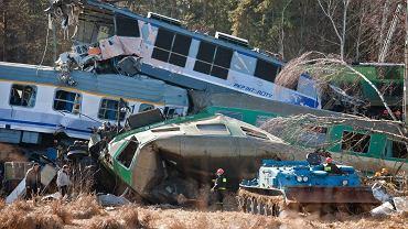 W sobotę około godz. 21 w Chałupkach w woj. śląskim zderzyły się dwa pociągi Warszawa-Kraków i Przemyśl-Warszawa. Zginęło 16 osób, 54 zostały ranne