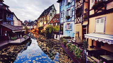 Colmar, Francja. Malownicze Colmar we Francji uważane jest za jedno z najpiękniejszych miasteczek w Europie. Leży w Alzacji i jest niewątpliwie perłą tego regionu. Miasto ma przepiękną starówkę. Bajkowego klimatu nadają Colmar stare, kolorowe kamieniczki z charakterystycznym murem pruskim.