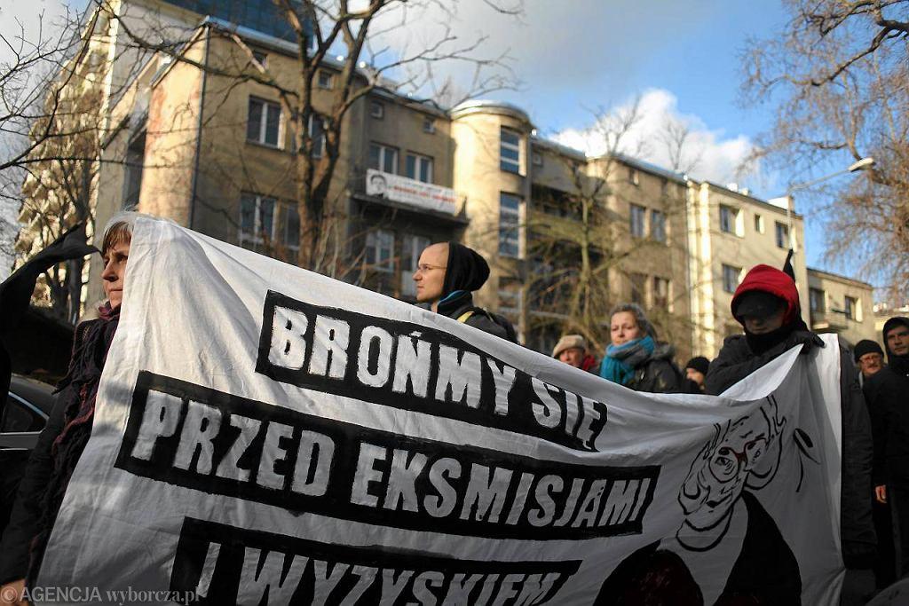 Demonstracja przed kamienicą, w której mieszkała Jolana Brzeska