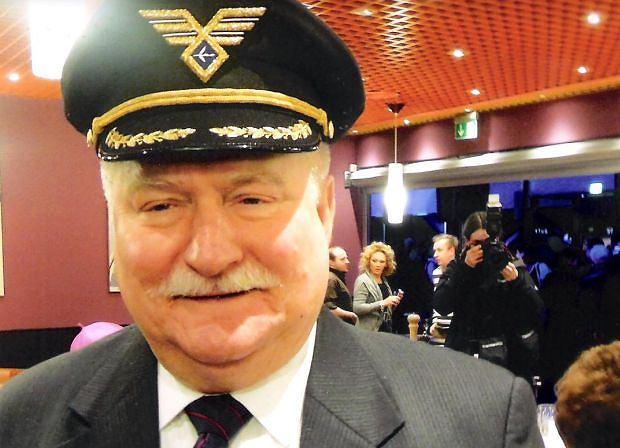 Lech Wałęsa na uroczystym otwarciu terminalu w Rębiechowie