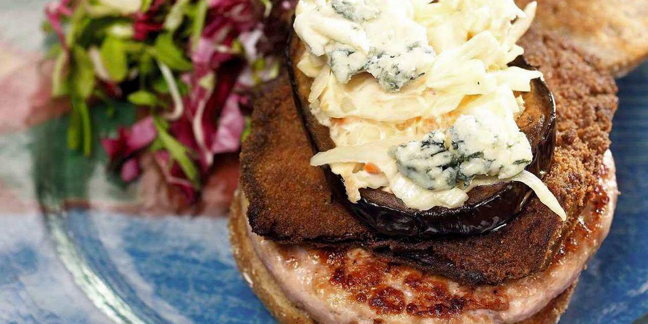 Hamburger z indykiem i sałatką coleslaw