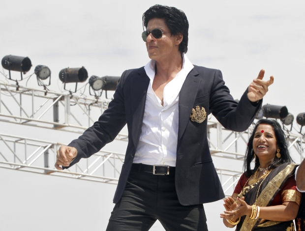 Bollywood actor Shah Rukh Khan (L) performs during the inauguration ceremony of a film city at Chandrakona village, west of Kolkata April 15, 2012. REUTERS/Rupak De Chowdhuri (INDIA - Tags: ENTERTAINMENT PROFILE SOCIETY)