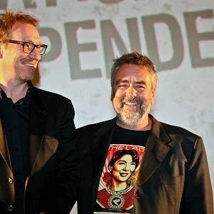 """Luc Besson (z prawej) z Davidem Thevlisem, odtwórcą głównej roli w flimie """"The Lady"""""""