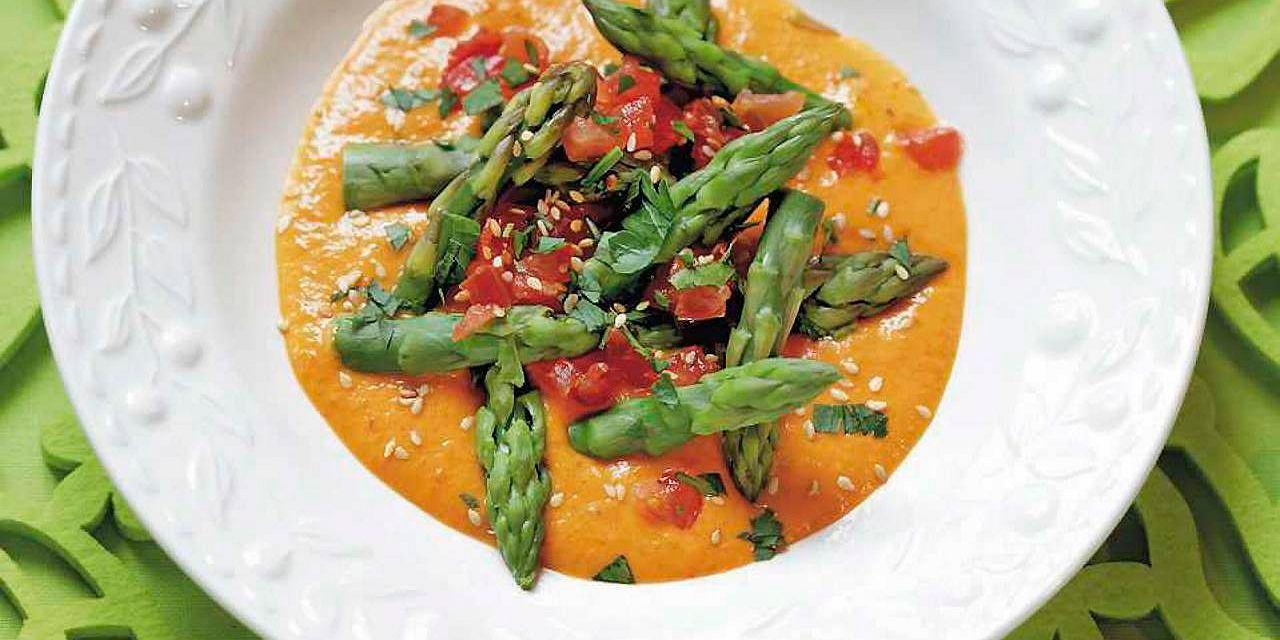 Sałatka ze szparagów i pomidorów w sosie z imbiru i chili