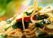Spaghetti z karczochami, bobem i szpinakiem - ugotuj