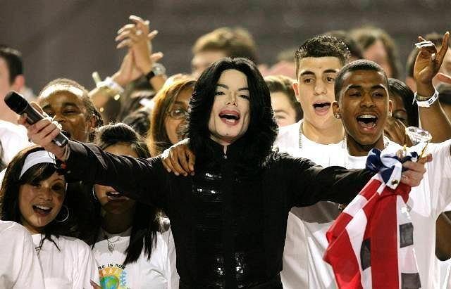 Michael Jackson wykonuje