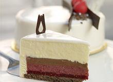 Tort biały malinowy z makaronikami - ugotuj