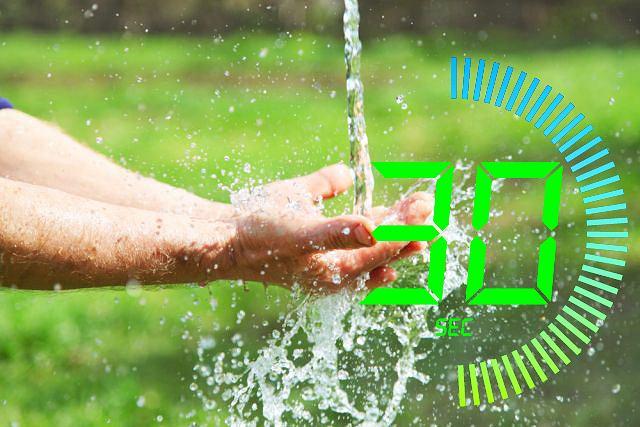 Sama woda do umycia rąk to za mało, ale lepsze takie mycie, niż żadne