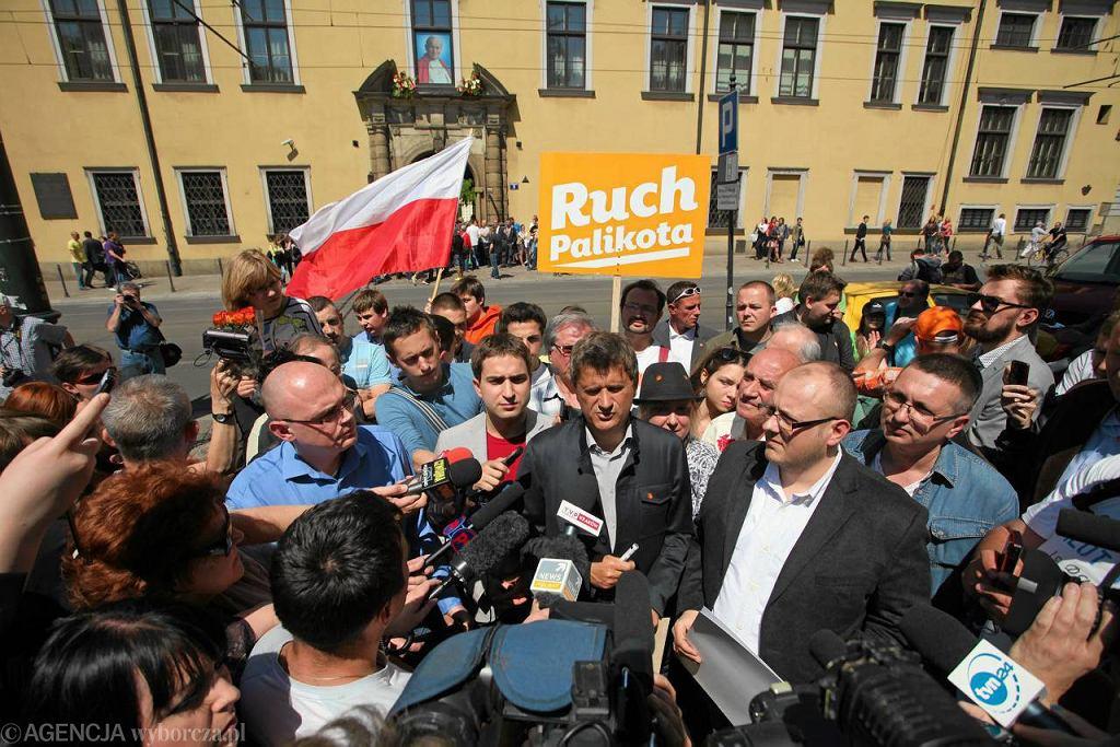 Janusz Palikot przed kościołem Franciszkanów w Krakowie