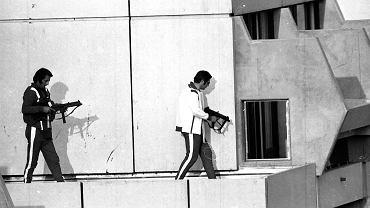 Niemieccy policjanci na dachu budynku, gdzie przetrzymywani byli zakładnicy
