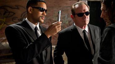 Bohaterowie filmu Faceci w czerni (Men in Black) z narzędziem do kasowania pamięci