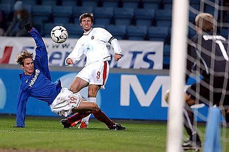 Mecz Valerenga - Wisla Kraków w 2003 roku. Strzela Maciej Żurawski