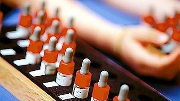 Testy skórne pozwalają zbadać reakcję na kilka, a nawet kilkanaście alergenów naraz.