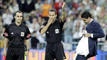 Fernando Hierro (z prawej) rozpoczyna derby Madrytu w maju 2005