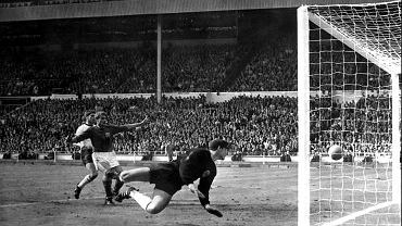 Słynny gol Geoffa Hursta. Czy piłka przekroczyła linię?