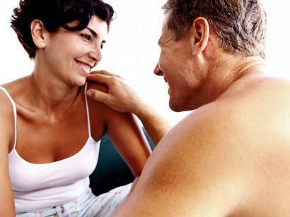 Starszy partner ma szansę poczuć się znów młodo i beztrosko u boku młodszej osoby.