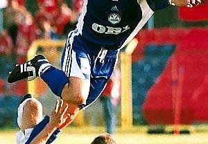 Wisła - Skonto. 2001 r. Łobanovs przeskakuje nad Moskalewiczem