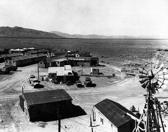 Baza Trinity: Ta baza, położona w pobliżu Los Alamos w stanie Nowy Meksyk, służyła wsparciem dla Projektu Trinity. Pierwszy test bomby atomowej przeprowadzono niedaleko od niej w lipcu 1945 roku. Trinity to ostatnia faza Projektu Manhattan, amerykańskiego programu badawczego mającego na celu skonstruowanie i zdetonowanie urządzenia nuklearnego. W przeciągu 24 dni od tego testu, japońskie miasta Hiroszima i Nagasaki zostały zniszczone przy pomocy bomb atomowych.